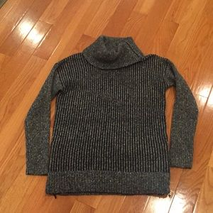 Turtle neck sweater with zipper details
